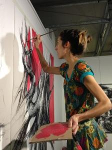 """Morgane Planchais, qui est aussi la présidente de l'association """"Jour et Nuit Culture"""", a réalisé sur place une des toiles qu'elle expose au musée."""