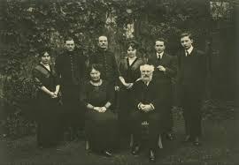 La famille Résal : les enfants, de g. à dr. Mériel, Salem, Younès, Chérifa, Paul et Louis; au premier plan, les parents, Julie et Eugène.