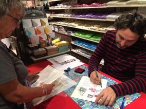 """C215, le 8 septembre dernier, lors d'une séance de dédicace organisée au """"Carré d'encre"""", la boutique de Phil@poste, à l'occasion de la sortie du timbre émis pour le centenaire de la naissance de Léo Ferré."""